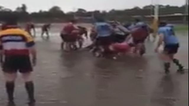 VIDEO. INSOLITE. En Australie un match de rugby se déroule sur une pelouse transformée en piscine