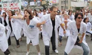 A Toulouse, les employés de Sanofi manifestent... en faisant le Haka !