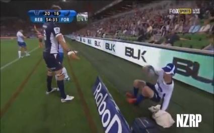 Higginbotham pousse le ramasseur de balle en Super Rugby