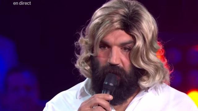 VIDEO. Déguisé en femme, Sébastien Chabal chante du Chantal Goya en direct à la télévision