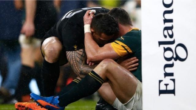 PHOTOS. Sonny Bill Williams vient consoler Jesse Kriel après la victoire des All Blacks sur l'Afrique du Sud