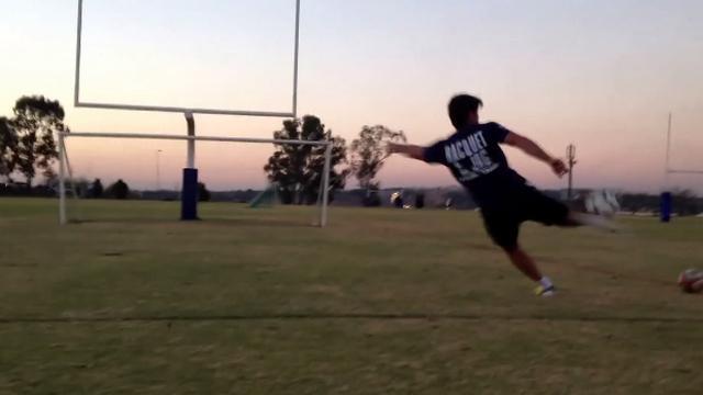 VIDEO. Super 15 : l'ouvreur des Stormers Demetri Catrakilis impressionne avec un ballon de rugby ou de foot