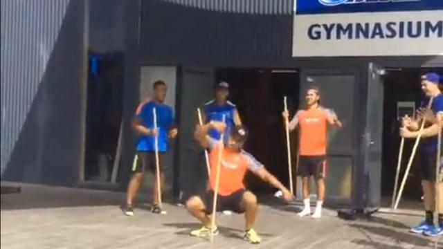 VIDEO. Super Rugby : le All Black Francis Saili se prend pour une danseuse de pole dance