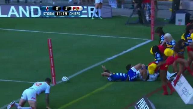 VIDEO. Super Rugby. Bryce Heem termine dans les pompom girls après un incroyable sauvetage