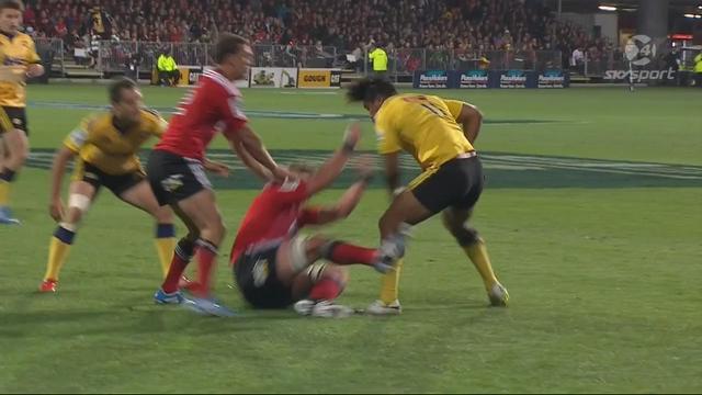 VIDEO. Super Rugby - Le surpuissant Julian Savea pose Kieran Read sur le cul et offre l'essai