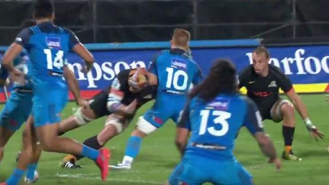 VIDEO. Super Rugby : Tomas Lavanini fait du petit bois d'Ihaia West avec un arrêt buffet d'école