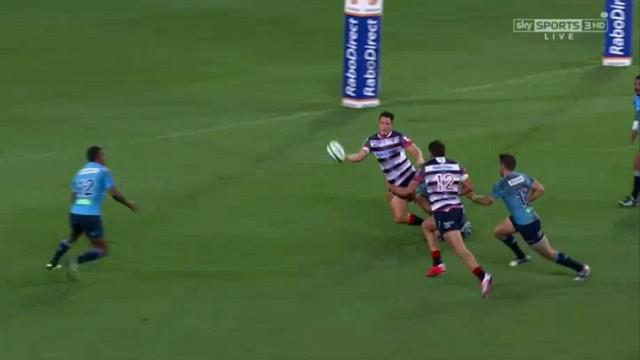 VIDEO. Super Rugby. La superbe passe vissée et lobée à une main de Mike Harris pour l'essai