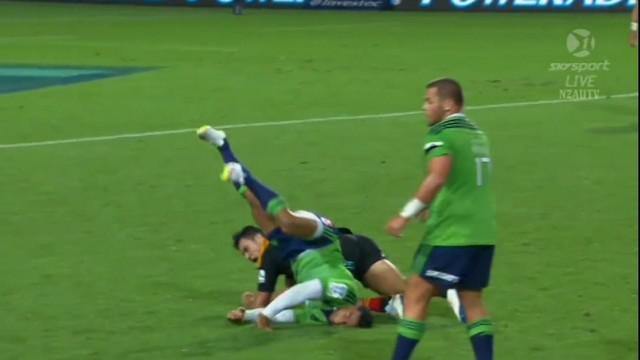 VIDEO. Super Rugby. Malakai Fekitoa mange la pelouse sur un plaquage dangereux de James Lowe