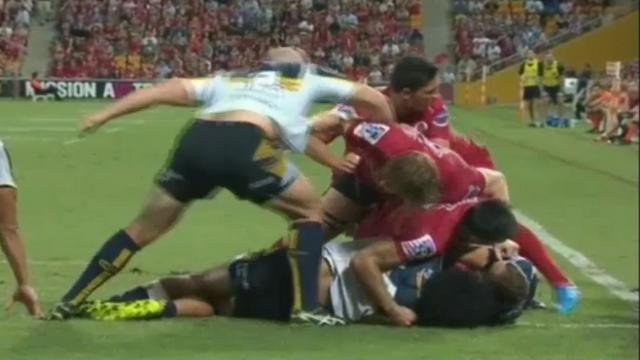 VIDEO. Super Rugby - Les Reds furieux après l'uppercut non sanctionné de Stephen Moore sur Ed Quirk