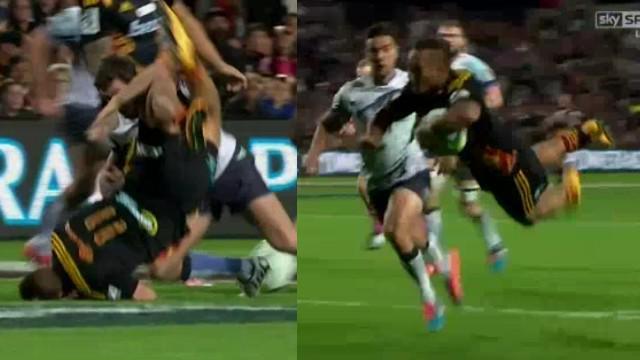 VIDEO. Super Rugby. Tim Nanai-Williams se fait retourner avant de mystifier 5 défenseurs pour l'essai