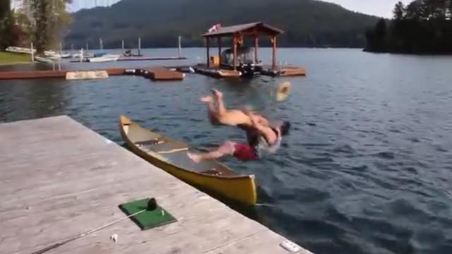VIDEO. INSOLITE. Tranquille sur son canoë, il se fait dézinguer par un rugbyman nu