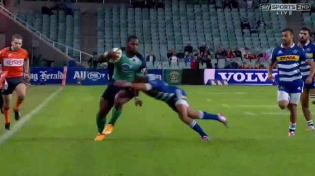 VIDEO. Super Rugby. Taqele Naiyaravoro assomme 2 défenseurs pour un essai en puissance