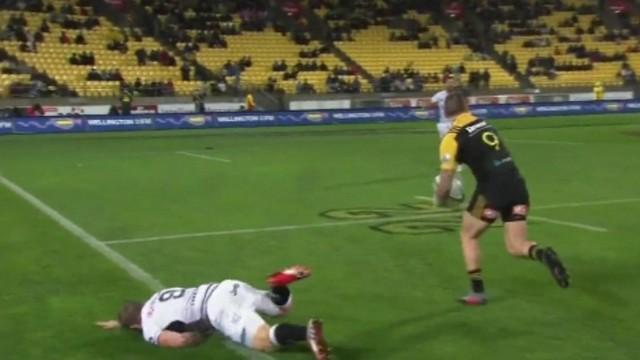 VIDÉO. Super Rugby. TJ Perenara châtie l'ancien Toulonnais Michael Claassens avec un gros raffut