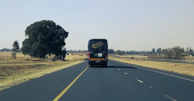 Tu sais que tu voyages en bus avec ton équipe de rugby quand...