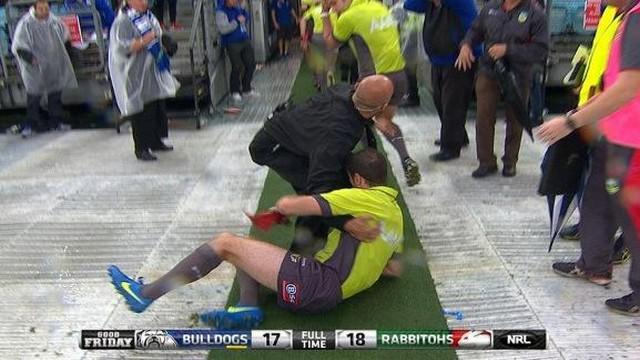 VIDEO. NRL. Un arbitre hospitalisé après avoir reçu une bouteille lors d'une fin de match houleuse