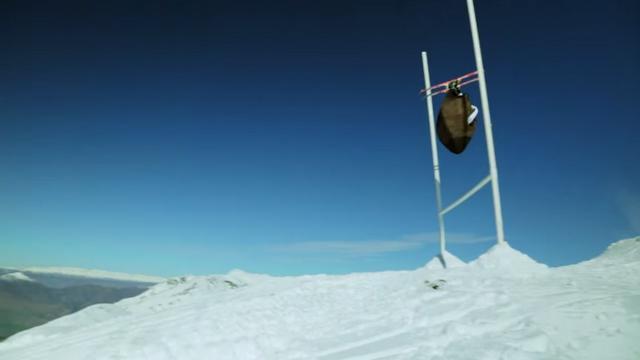 VIDEO. Insolite - Quand un homme-ballon de rugby géant passe une pénalité sur des skis en Nouvelle-Zélande