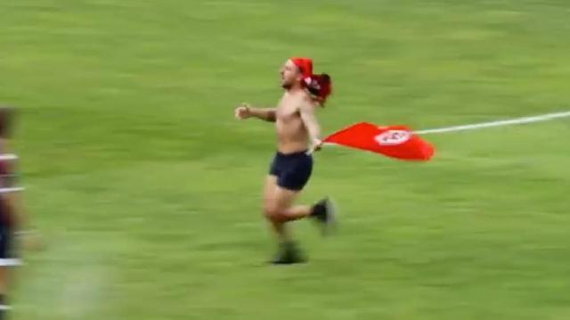 VIDEO. INSOLITE. Un streaker se balade lors du match entre La Rochelle et Pau (35-16)