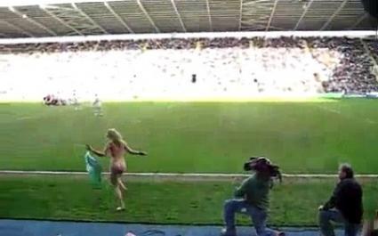 Une supportrice se déshabille en tribunes et va sur le terrain
