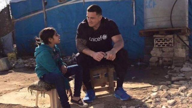 PHOTOS. En mission pour l'UNICEF, Sonny Bill Williams visite un camp de réfugiés syriens