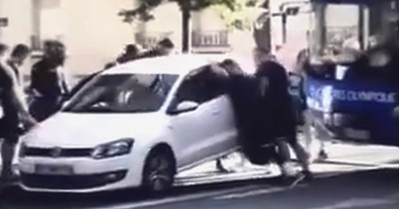 VIDEO. WTF. Echauffement musclé pour les Castrais : soulever une voiture en pleine rue