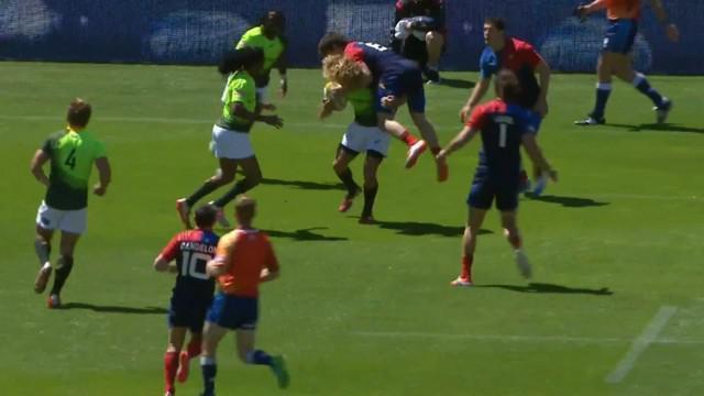 VIDEO. Sevens Wellington. Werner Kok porte Steeve Barry comme un sac à patates