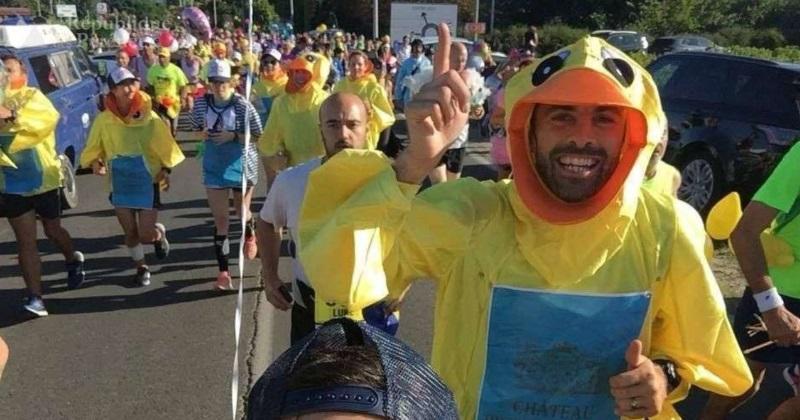 WTF : déguisé en canard, Conrad Smith court le marathon du Médoc