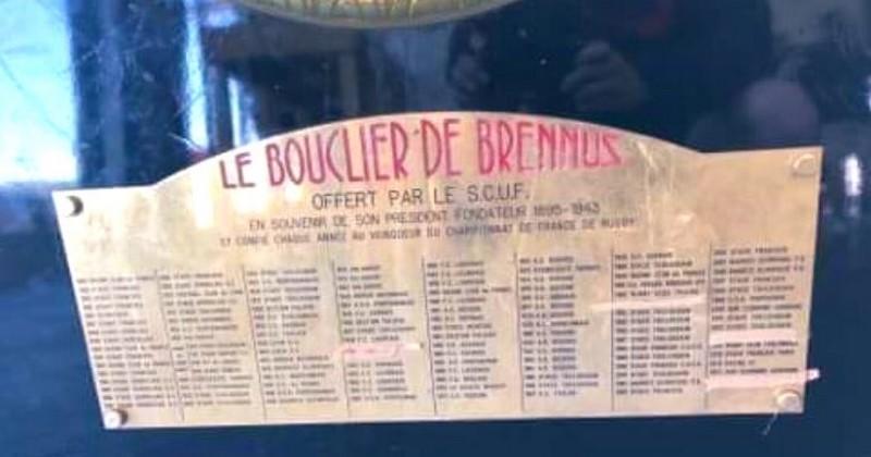 WTF - Qui a caché les titres de Castres sur le Brennus avec du sparadrap ?