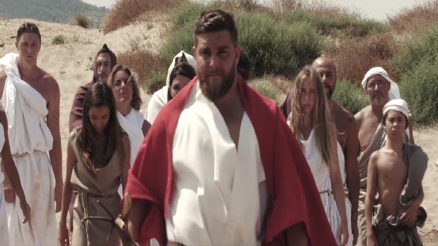 VIDEO.INSOLITE. Xavier Chiocci se prend pour Moïse dans une publicité pour du carrelage