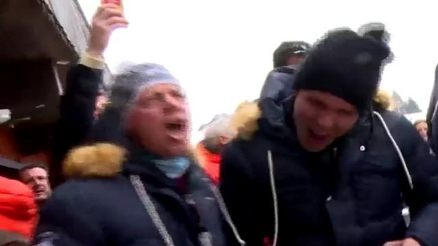 VIDÉO. INSOLITE. Yachvili fête son anniversaire sur du Johnny, Serge Betsen n'a rien perdu de sa hargne