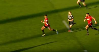 Super Rugby - Richie Mo'unga prouve qu'il a autant de cannes que Beauden Barrett sur 80m [VIDÉO]
