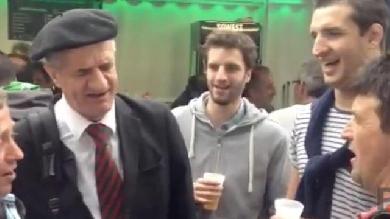 VIDÉO. Après Pau - Toulon, Thibault Lassalle entonne des chants pyrénéens avec son père