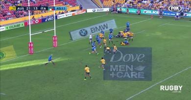 Vidéo. Insolite : L'incroyable passe entre les jambes de Foley lors de la victoire de l'Australie contre l'Italie