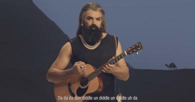 WTF - Déguisé, Sébastien Chabal pousse la chansonnette pour une publicité [VIDÉO]