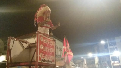 VIDÉO. INSOLITE. Derby basque : L'indien Geronimo fait son show dans les rues de Biarritz