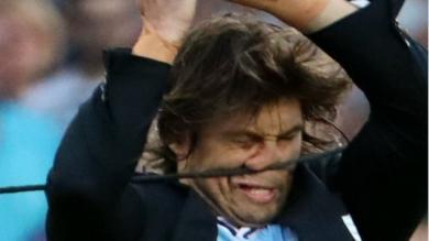 PHOTOS. INSOLITE : quand Dimitri Szarzewski se prend des câbles en plein visage à son entrée sur la pelouse du Camp Nou