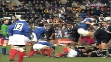 VIDEO. FLASHBACK. 1999. Quand Fabien Pelous déclenchait les hostilités en sautant à pieds joints sur un All Black