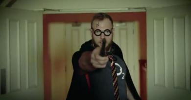 VIDÉO. Insolite : James Haskell sort sa baguette et prouve qu'il est incollable sur... Harry Potter