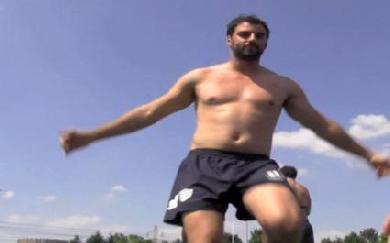 VIDEO. Jonathan Wisniewski mêle french cancan et danse de l'épaule