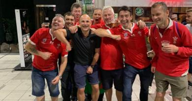 L'arbitre Jaco Peyper imite le geste de Vahaamahina avec des supporters gallois, World Rugby s'exprime !