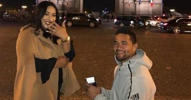 INSOLITE : le All Black Vaea Fifita fait sa demande en mariage au pied de l'Arc de Triomphe