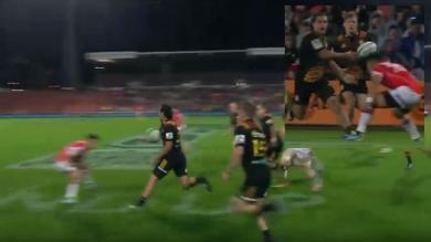 VIDEO. Super Rugby - Le bijou de passe en aveugle de James Lowe pour le slalom de Damian McKenzie