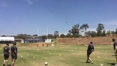 VIDEO. La légende australienne Stephen Larkham claque un coup de pied de 60m à 42 ans