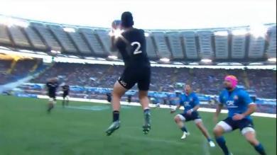 VIDÉO. Le superbe enchaînement passe au pied-passe volleyée des All Blacks face à l'Italie
