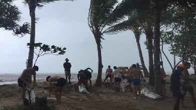 VIDEO. INSOLITE. Les joueurs d'Espagne 7 bravent le super cyclone Winston pour aider les Fidjiens