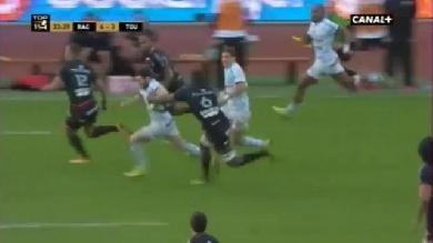 GIF. Top 14 - Maxime Machenaud se fait arracher le ballon comme un bleu en pleine course par Yacouba Camara
