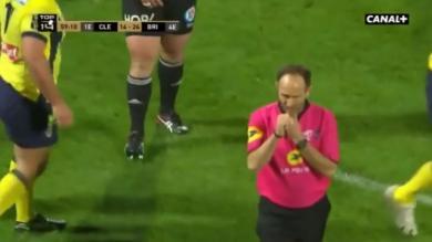 VIDEO. INSOLITE - Top 14 : quand Romain Poite avale son sifflet en plein Clermont - Brive