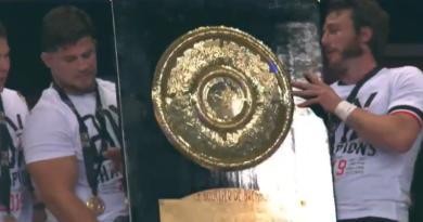 Stade Toulousain : le très beau geste de Jerome Kaino pour Julien Marchand à la remise du Brennus