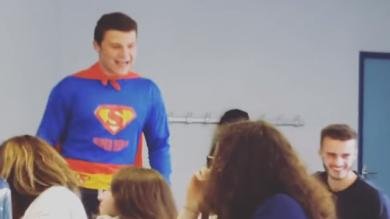 VIDEO. Un joueur de Pau enfile son costume de Superman et sauve sa classe de Terminale