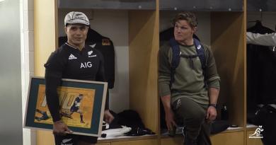 VIDÉO. Pour sa 100e cap, Aron Smith reçoit un beau cadeau de Hooper dans les vestiaires